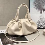 Складывающаяся сумка из мягкой искусственной кожи на застежке с рюшами (Белая)