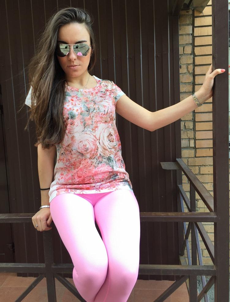 Стильные розовые легинсы