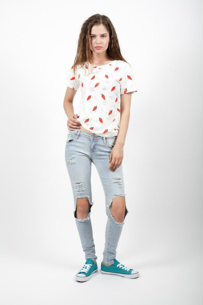 Стильная женская футболка одновременно женственная и вызывающая