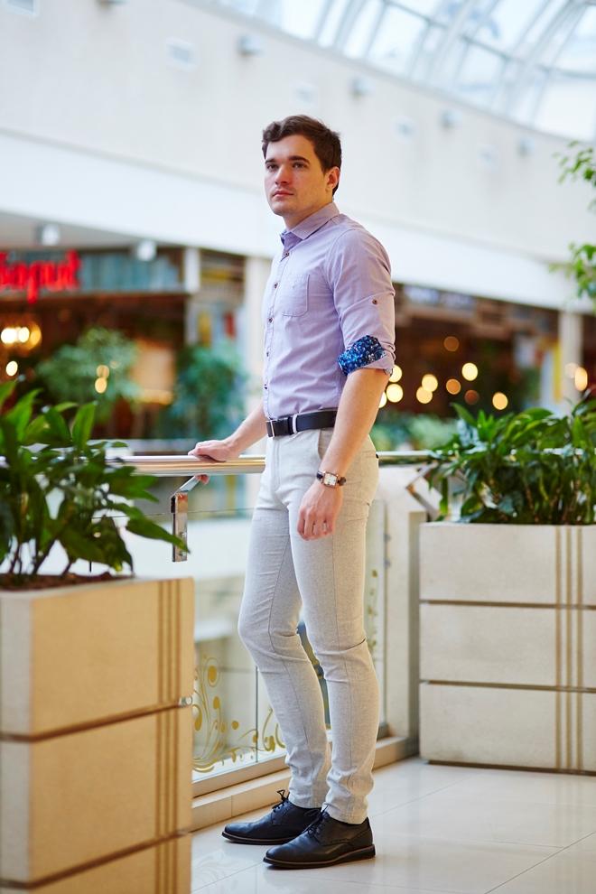 Стильная светлая мужская рубашка