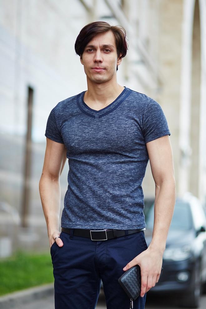 Стильный мужской футболка серая, с декоративным элементом