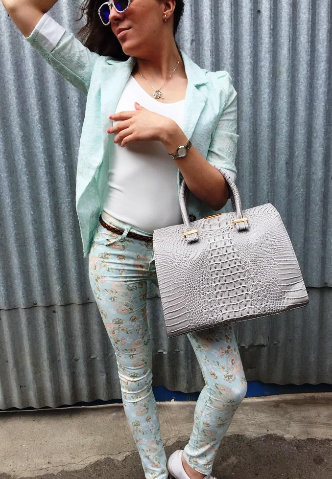Светлый стильный женский пиджак
