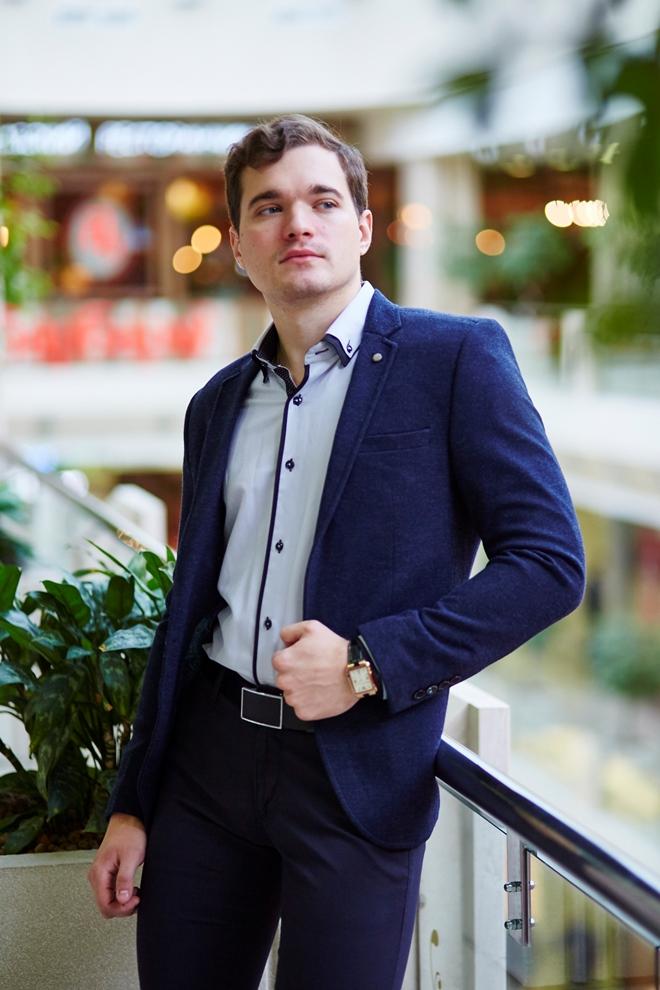 Стильная мужская светлая рубашка