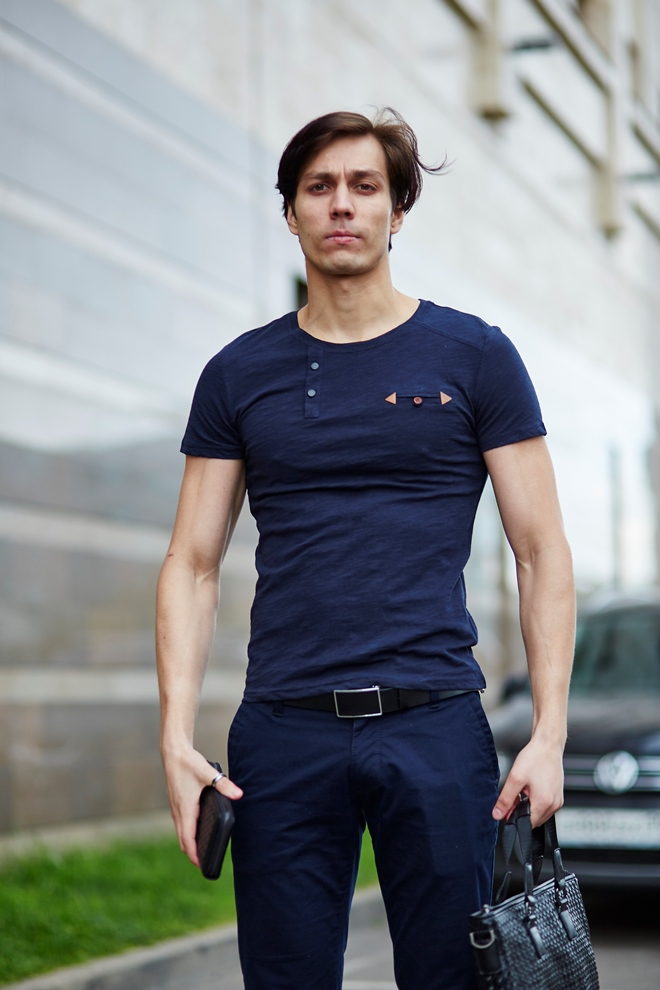 Стильный мужской футболка синяя, с декоративными элементами