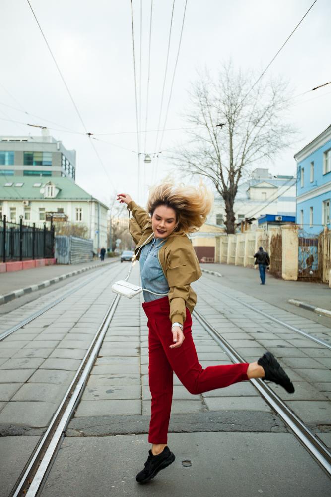 Стильные женские брюки красные модель 2